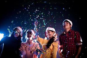 grupo de asiáticos comemorando a festa de ano novo em boate. ano novo e conceito de festa de Natal. conceito de felicidade e entretenimento. tema de pub noturno e vida noturna foto