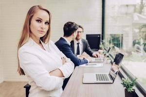 mulher de negócios, trabalhando com a equipe de negócios pelo computador portátil. conceito de beleza e tecnologia. senhora inteligente e tema de mulher trabalhadora. tema escritório e vida feliz foto