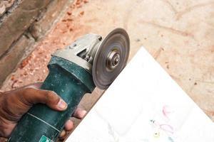 máquina cortadora de azulejos com lâmina foto