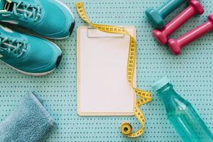 conceito de treino de fitness com prancheta foto