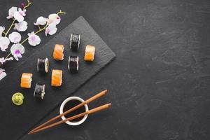 arranjo de sushi com espaço de cópia foto