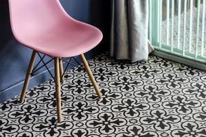 detalhes de design de interiores de móveis retrô com azulejos vintage e cadeira foto