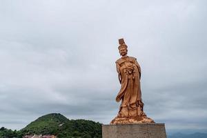 a estátua de bronze da deusa religiosa chinesa em tempo nublado foto