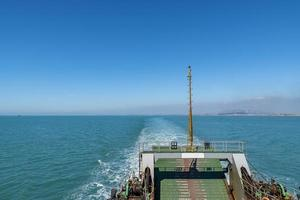 o oceano sob o céu azul, o navio na doca ou o mar foto