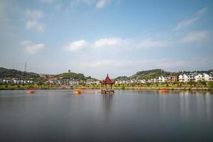 o lago no outono reflete a paisagem em ambos os lados foto