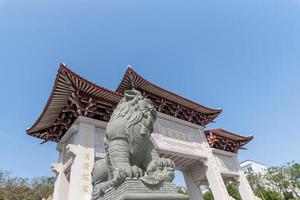 edifícios e estátuas no parque do deus do mar mazu foto