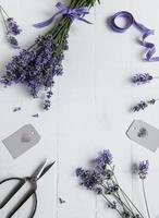 flores de lavanda, tesoura e fita foto