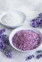 sal cosmético de ervas naturais com flores de lavanda foto