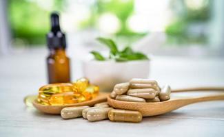 medicina alternativa cápsula orgânica de ervas com vitamina e ômega 3 óleo de peixe, mineral, medicamento com ervas, folhas de suplementos naturais para uma vida saudável e boa foto
