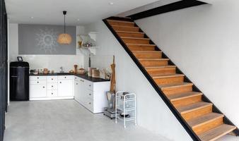 escadas de madeira minimalistas em um espaço amplo e limpo. foto