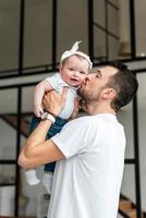 o pai beija sua linda garotinha foto