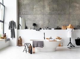interior de um banheiro moderno com banheira separada foto