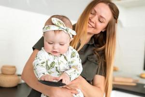 mãe feliz e conceito de fotografia de bebê, linda e linda mãe segurando sua linda filhinha foto