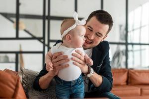 um pai amoroso e sua filha se divertem foto