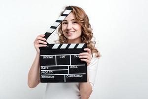 menina bonita com uma placa de cinema em um fundo branco foto