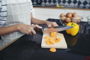 família feliz tem pai, mãe e sua filha cozinhando juntos na cozinha foto