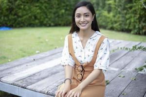 mulheres asiáticas sorrindo e relaxando feliz ao ar livre foto
