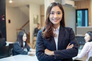 Mulheres de negócios asiáticas e grupo usando notebook para reuniões e mulheres de negócios sorrindo felizes por trabalhar foto