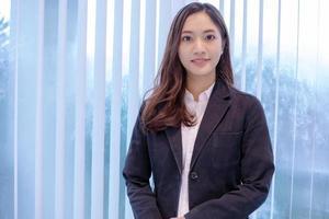 mulheres asiáticas sorrindo felizes por trabalhar foto