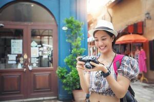 Mochilas de mulheres asiáticas caminhando juntas e felizes estão tirando foto e selfie, tempo de relaxamento na viagem do conceito de férias
