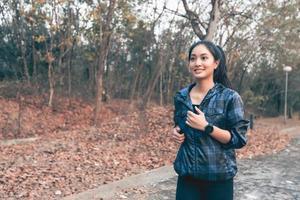 mulheres asiáticas correndo e correndo ao ar livre na estrada no parque foto