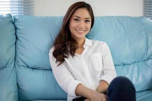 mulheres asiáticas sorrindo felizes por relaxar em casa foto