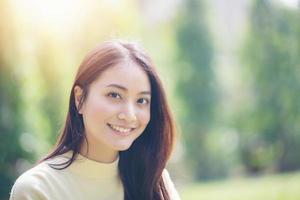 Mulheres asiáticas sorriem felizes na hora de relaxar ao ar livre foto
