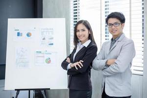 Mulheres de negócios asiáticas e grupo usando notebook para parceiros de negócios discutindo documentos e ideias em reuniões e mulheres de negócios sorrindo felizes por trabalhar foto