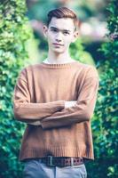 homem bonito asiático sorrindo modelo no parque foto