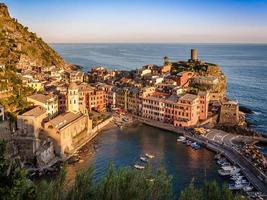 vernazza em cinque terre ao pôr do sol, cidade italiana foto