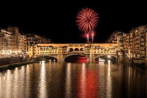 fogos de artifício na ponte vecchio em florença à noite foto