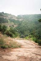 paisagem de rochas do pico da montanha. caminho da montanha foto