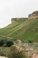 lindas colinas verdes e montanhas foto