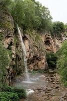 bela cachoeira da montanha em dia chuvoso foto