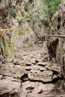 caminho de pedra nas montanhas que leva ao pico foto