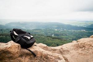 paisagem de rochas do pico da montanha. panorama da montanha. bolsa de turista preta foto