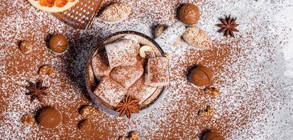 caneca de chocolate quente com marshmallows brancos foto