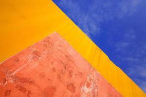 padrões coloridos, paredes de gesso e céu para o fundo. foto
