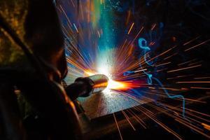 soldador de aço industrial na fábrica técnica foto