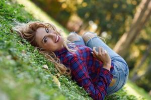 mulher bonita com cabelo loiro comprido e cacheado foto