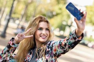 selfie de mulher jovem e bonita no parque foto