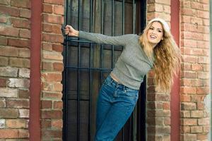 jovem vestindo roupas casuais sorrindo em meio urbano foto