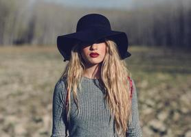 bela jovem loira em meio rural foto