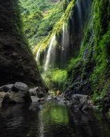 majestosa cachoeira madakaripura fluindo no vale foto