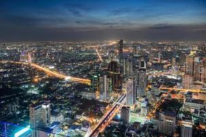 paisagem urbana de um prédio lotado com tráfego leve na cidade de Banguecoque foto