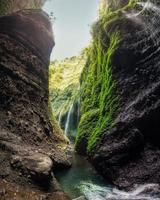 bela cachoeira madakaripura em vale rochoso foto