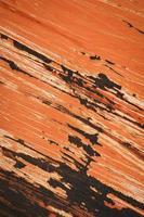 superfície de ferro riscada vermelha foto