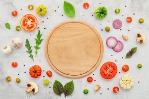 os ingredientes para pizza caseira configurada no plano de fundo de concreto branco leigos e copie o espaço. foto