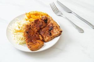 Bife de porco churrasco picante grelhado com batatas fritas foto