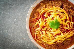 sopa picante de macarrão chinês yunnan ou kwa meng foto